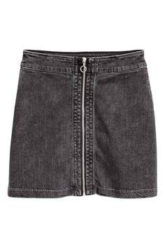 Джинсовая юбка: Короткая юбка-трапеция из эластичного денима. На юбке спереди молния. Без подкладки.
