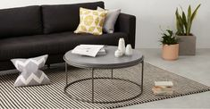 Sleek and neutral Glam Living Room, Living Room Decor, Deco Design Pas Cher, Round Coffee Table Modern, Concrete Coffee Table, Couch Table, Coffee Table Styling, Concrete Furniture, Windows Xp