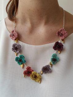 Collar flores crochet y elementos metálicos. Crochet flower necklace and metallic elements. mariaytu.com