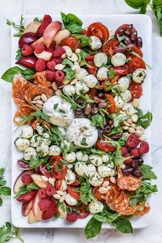 How to Make a Killer Caprese Salad Platter - Burrata cheese, marinated mozzarella balls, tomatoes, and fresh stone fruit are laid out on a platter making this and easy self-serve salad or appetizer Appetizer Recipes, Salad Recipes, Party Appetizers, Gourmet Appetizers, Delicious Appetizers, Dinner Party Recipes, Brunch Recipes, Pasta Recipes, Good Food