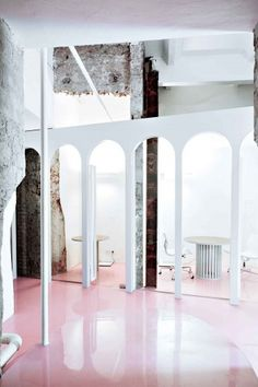 Designed by Crosby Studios, the interior of the NGRS Recruiting Company HQ in Moscow is an all white space with cotton-candy-like shiny pink screed floors. Arch Interior, Interior Exterior, Interior Architecture, Espace Design, Retail Space, Commercial Interiors, Office Interiors, Retail Design, Interior Design Inspiration