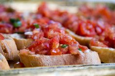 Good as Appetizer, Side dish or Snack, it's vegan, healty and super-tasty! Bruschetta is AMAZING and very easy to prepare, what are you waiting for? Bruschetta Recept, Tomato Bruschetta, Recipe For 8, Gluten Free Puff Pastry, Grilled Bread, Fruit Cobbler, Vegan Eggplant Parmesan, Xmas Food, Tostadas