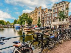 Μεγάλο μέρος της γοητείας της πόλης βρίσκεται στην πυκνότητα του, ορισμένοι θεωρούν το Άμστερνταμ ένα μεγάλο χωριό. Amsterdam, Wonders Of The World, Holland, Artworks, Beautiful Landscapes