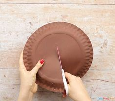 Have a few spare paper plates and need an easy Christmas craft idea to do with kids? Learn how to make this cool paper plate reindeer craft. Christmas Countdown Crafts, Christmas Arts And Crafts, Christmas Crafts For Kids, Simple Christmas, Artic Animals, Reindeer Craft, Lesson Planner, Preschool Learning, Easy Peasy
