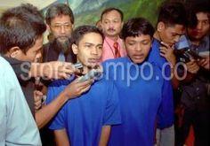 Tersangka kasus peledakan bom di Graha Cijantung, Mudarwalih (kanan), Nazar alias Atom (tengah) dan Hasan (kiri) diwawancara wartawan ketika akan menjalani pemeriksaan lanjutan di Direktorat Reserse Polda Metro Jaya, Jakarta, 16 Juli 2002. [TEMPO/ Bagus Indahono; K9A/055/2002; 20020807].  rn