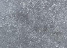 La finition gris claire contrasté 'Taille ancienne'est rythmée et dynamique et rappelle les fines ciselures manuelles du tailleur de pierre. #CarrieresDeHainaut #BelgianBlueStone#PierreBleue #TailleAncienne