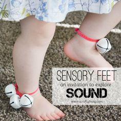 baby's grove motoriek , geluid belletjes aan de voeten hangen en elke keer wanneer ze bewegen maken ze geluid