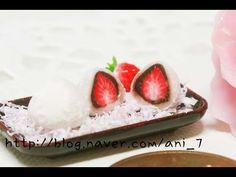 안녕하세요 달려라치킨입니다 또 다시 딸기 덕후가 되었네요.......=_=; 지난번에 딸기 빙수 만들때 찹쌀떡과 비슷하죵!!! 이건 만들면서 얼마나 먹고 싶던지............하핳... 어쨌든 즐겁게 봐주세요~!!ㅋㅋ 네이버블로그 http://blog.naver.com/ani_7