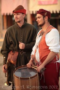 Guy on the left is wearing a Medieval Hats, Medieval Costume, Medieval Fashion, Medieval Dress, Medieval Clothing, Medieval Fantasy, Renaissance, Historical Costume, Historical Clothing