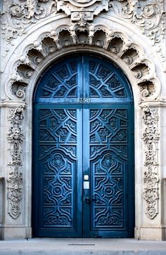 Front Door Paint Colors - Want a quick makeover? Paint your front door a different color. Here a pretty front door color ideas to improve your home's curb appeal and add more style! Cool Doors, Unique Doors, Entrance Doors, Doorway, Grand Entrance, Entrance Ideas, Casa Pop, When One Door Closes, Door Knockers