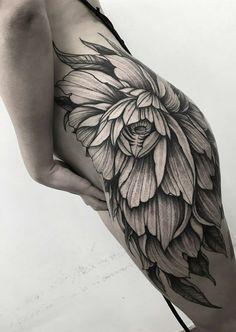Tatuagens-no-Bumbum-14 Wicked Tattoos, Hot Tattoos, Pretty Tattoos, Beautiful Tattoos, Body Art Tattoos, Bum Tattoo Women, Hip Tattoos Women, Chain Tattoo, Lotus Tattoo