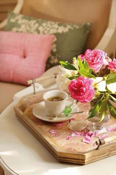 Breakfast in Bed, a wonderful idea.  I am hungry!  I love pretty presentations, add a flower, pretty dishes.  Let's treat ourselves today.  Relax, take your time and enjoy.