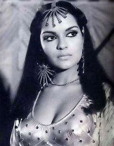 Zeenat Aman (Miss India Asia - Pacific 1970 and Bollywood Actress) bringing winged liner to the forefront Vintage Bollywood, Indian Bollywood, Bollywood Stars, Bollywood Fashion, Bollywood Masala, Most Beautiful Indian Actress, Beautiful Actresses, Bollywood Celebrities, Bollywood Actress