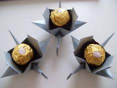 Forma para doces ou lembrancinhas. Espaço interno 3,5 cm (equivale a um bombom Ferrero Rocher por exemplo). Confeccionada em papel color plus metalizado com a técnica do origami. Ocliente poderá efetuar sua encomenda e escolher entre as cores branca, marfim ou prata (foto) para o papel metalizado mas, poderá ser confeccionado em papel simples para combinar com a decoração da festa (cores azul bebê, rosa bebê, rosa pink, laranja, verde, cinza, vermelho, azul marinho, azul royal, amarelo, ...