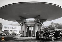 Bauhaus, Mid Century Modern Living Room, Mid Century House, German Architecture, Architecture Design, Innovative Architecture, Pompe A Essence, Drive In, Vw Vintage