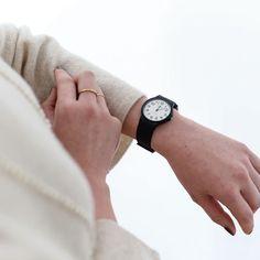 CASIOの腕時計、人気のカタチが入荷しました! ▶︎商品はプロフィールのリンクからどうぞ。 特にラウンド形のホワイトのフェイスは、社内でも人気が高くほしい人が続出!その理由はやはりどんな装いにも合う色だから。 当店のママスタッフは「子供を抱っこしているとき、手で引っ掛けても簡単には外れないし、汚れもさっと落ちるので重宝してます!」と言っていましたよ〜♪ ・ #北欧暮らしの道具店 #チープCASIO #チープカシオ #腕時計 #暮らし #ファッション