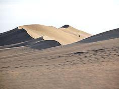 La Dune du Pyla, au lever du jour Arcachon, France. #tourisme #campingcar Places To Travel, Places To See, Lacanau Ocean, Cap Ferret, Atlantic Beach, Visit France, Bordeaux, France Travel, Far Away