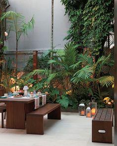 Com paisagismo assinado por Rodrigo Oliveira, o pátio tem piso cimentício (Solarium), pensado para destacar o mobiliário (Taúna Móveis) e o verde de espécies como o filodendro e a palmeira-juçara.
