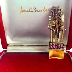 Spilla originale di Arnaldo Pomodoro in oro rosso e bianco con 12 rubini. 1963