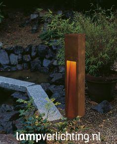 Deze roestkleurige Buitenlamp Rusty Slot 80 van cortenstaal. geeft een warme en unieke sfeer aan je tuin.  #tuinverlichting #cortenstaal #roest #buitenlamp #rusty