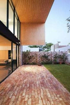 The backyard area of Price Street House, by architects Yun Nie Chong and Patrick Kosky in Fremantle, WA features recycled bricks and timber. Red Brick Paving, Brick Courtyard, Brick Path, Brick Garden, Brick Fence, Backyard Patio, Backyard Landscaping, Brick Driveway, Deco Restaurant