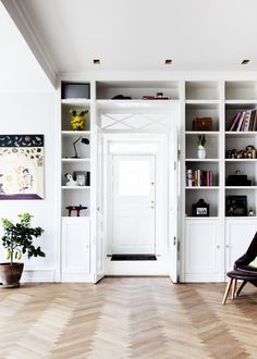 Entrén smälter fint in i den nya, platsbyggda bokhyllan hos Tv-chefen Camilla Miehe- Renard.