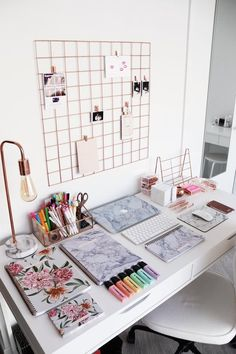 room decor Zimmereinrichtung bureau bien organis a - roomdecor Cute Desk Decor, Work Desk Decor, Desk Decorations, Boy Decor, Aesthetic Rooms, Home Office Decor, Office Furniture, Furniture Storage, Furniture Plans