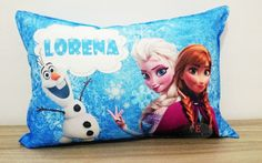 Almofadas personalizadas com o tema Frozen, colocamos o nome na almofada. <br>Almofadas super macias confeccionadas em oxford e recheadas com fibra siliconada que proporciona um maior conforto. <br>Personalizamos com seu personagem favorito e com fotos. <br>Dimensões da almofada: 36cm de comprimento por 26cm de altura. <br>Ótimo presente. <br>Entrega rápida