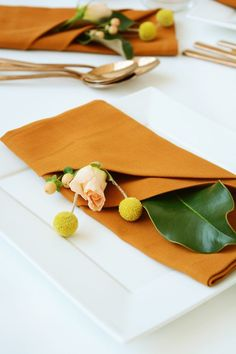 Your guests will be so impressed when you set your Thanksgiving with fancy, folded cloth napkins with fresh flowers.