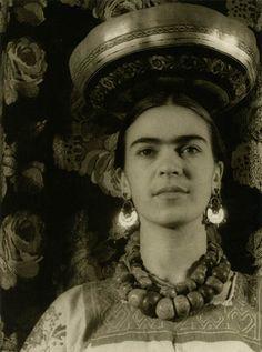 Carl Van Vechten. Frida wearing a Tchuantepee gourd, 1932