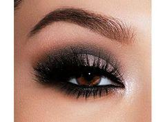 Un Smoky Eyes classique et des faux-cils pour un regard encore plus glamour...  #monvanityideal #regard #maquillage #beaute #smokyeyes