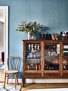 Skor är ett stort intresse och i Amelias sovrum fyller de ett helt skåp. Skåpet är ett blocketfynd från tidigt 1900-tal. Stolen är en Thonet, skorna på skåpet är Alaïa, Yves Saint Laurent och Prada.