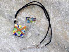Parure in vetro di Murano con pendente a rombo ed orecchini.   Un mix di colori primaverili-estivi che rendono la collana adatta, soprattutto, alle giovanissime e a persone allegre e solari.  Si sposa bene con un abbigliamento casual.