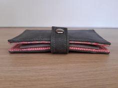 Portefeuille Compère en gris et rouge cousu par Corinne - Patron Sacôtin