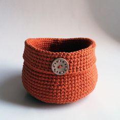 """Háčkovaný košíček s uškom na zavesenie, ktorý je vhodný na uskladnenie rôznych drobností.  Vrchný okraj je z prednej strany """"skosený"""" (nižší ako na zadnej strane + po bokoch je vyšší).  Výška x priemer základne: 10,5 cm x 16,5 cm Materiál: 100 % bavlna, bavlnená priadza, plastová korálka Spôsob výroby: háčkovanie, recyklácia * Možné prať v rukách alebo v práčke na """"ručné pranie"""". Nechať voľne vyschnúť. Crochet Baskets, Bracelets, Leather, Accessories, Jewelry, Fashion, Bangles, Jewlery, Moda"""