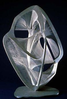 Linear Construction No. 4. Dit beeld is gemaakt van staal en in het beeld zijn geometrische vormen gebruikt maar ook dynamische vormen. Door het licht op het kunstwerk en de donkere achtergrond, staat het kunstwerk centraal in de ruimte. Het is een open kunstwerk.