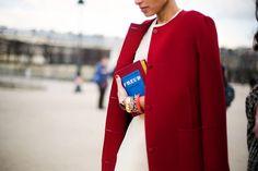 No hay mejor compañero de viaje de un abrigo rouge que una cartera tan inspiradora como esta que invoca a Freud y que firma (como no podía ser de otra forma) Olympia Le-Tan.