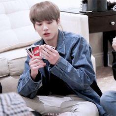 Awe Jeon playing uno