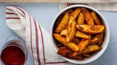 Tyto brambory jsou jednoduše geniální přílohou k pečenému kuřeti. Ale jsou tak dobré, že si je můžete připravit i samotné a podávat je s oblíbeným dipem. Onion Rings, Chicken Wings, Sweet Potato, Dip, Carrots, Side Dishes, Potatoes, Fresh, Cookies
