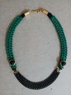 Collar realizado en macramé de algodón encerado verde con aplicaciones y cadena en dorado y negro (encargo)