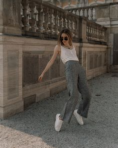 Grey Linen pants & casual Sneakers • all Outfit details on IG @LISAFIEGE_ Casual Sneakers, Casual Pants, Cool Girl Style, Linen Pants, Photo Poses, Girl Fashion, Street Style, Style Inspiration, Grey