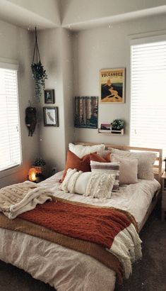 - A mix of mid-century modern, bohemian, and industrial interior style. Home and apartment decor, de Room Ideas Bedroom, Home Bedroom, Bedroom Inspo, Autumn Decor Bedroom, Bedroom Furniture, Dorm Room Themes, Autumn Room, Furniture Design, Furniture Ideas