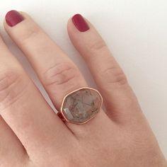 Viernes!! Toca lucir este precioso anillo que ya empieza el finde #anillos #cuarzorutilado #ororosa #rings #joyas #comprasonline #complementos #viernes #findesemana #gouconcept
