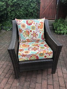 Handmade Outdoor Cushions (+ Tips to Make Your Own! Outdoor Chair Cushions Diy, Outside Cushions, Patio Furniture Cushions, Cushions To Make, Garden Cushions, Outdoor Sectional, Outdoor Seating, Outdoor Ideas, Outdoor Furniture