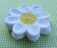 You will love this easy crochet daisy coaster pattern and we have a video tutorial to show you how. Check out all the details now.Crochet Daisy Coasters - Free Pattern_ could make into a granny for an afghanCrochet Daisy Coasters - by Doni Speigle on Crochet Daisy, Love Crochet, Crochet Yarn, Crochet Flowers, Daisy Flowers, Crochet Summer, Beautiful Crochet, Crochet Kitchen, Crochet Home