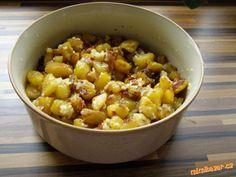 Oloupané brambory nakrájíme na střední kousky a vysušíme utěrkou a dáme na vymazaný plech. Pečeme Na...