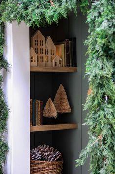 Lush Christmas, Diy Christmas Garland, Christmas Greenery, Christmas Bedroom, Christmas Mantels, Christmas And New Year, Christmas Holidays, Christmas Decorations, Holiday Decor