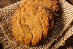 We all need scrumptious ginger cookies this time of year, so today we are going to show you how to make healthy gingersnaps that are packed with nutrient-rich ingredients and free of any gluten, grains Sugar Free Desserts, Low Carb Desserts, Low Carb Recipes, Healthy Recipes, Fat Flush Diet, Best Sugar Substitute, Soft Ginger Cookies, Keto Chocolate Mug Cake, Keto Pumpkin Pie