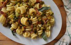 Ingredienti per 4 persone: Trottole Di Martino 500 gr Zucchine 4 Pancetta affumicata 4 fette spesse Salvia fresca q.b Olio d'o...