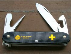 in my opinion Old cross Victorinox alox Victorinox Knives, Victorinox Swiss Army Knife, La Forge, Case Knives, Knives And Swords, Folding Knives, Everyday Carry, Survival Tips, 72 Hours